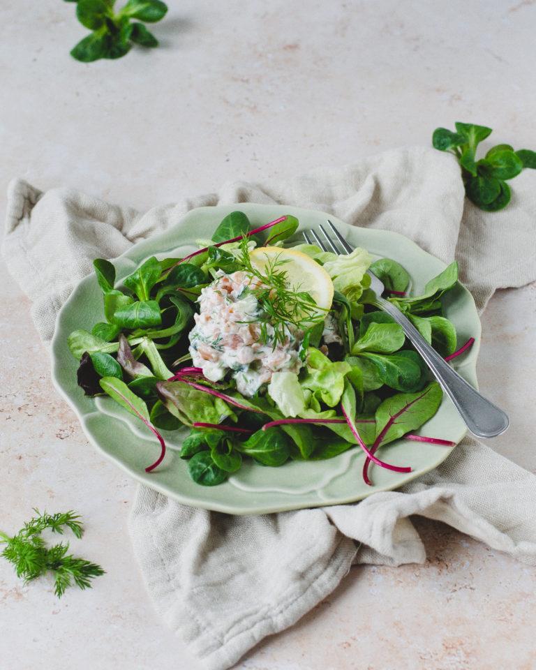 Laksesalat med koldrøget laks, agurk og dild, på en bund af salat