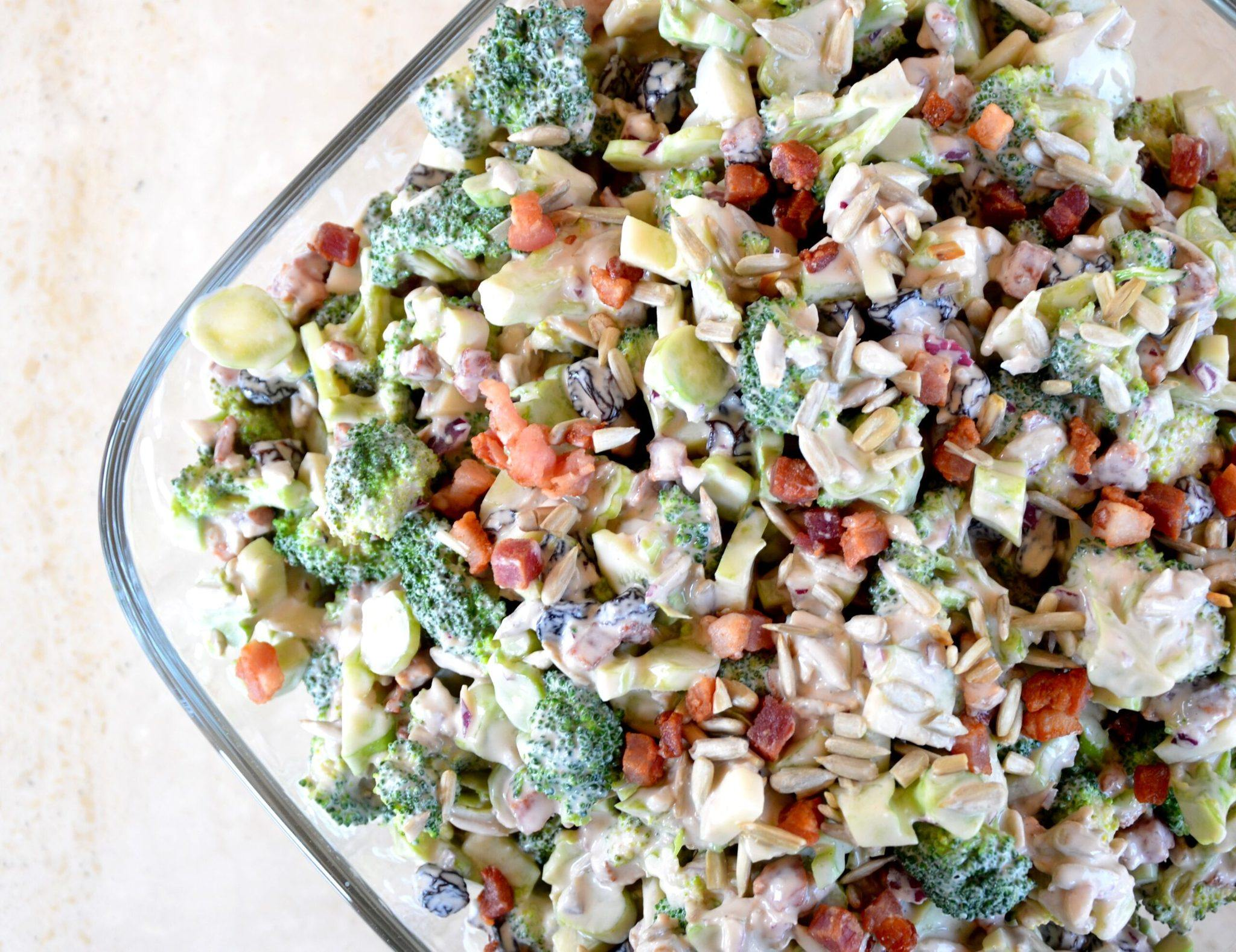 Broccolisalat med bacon og skyr