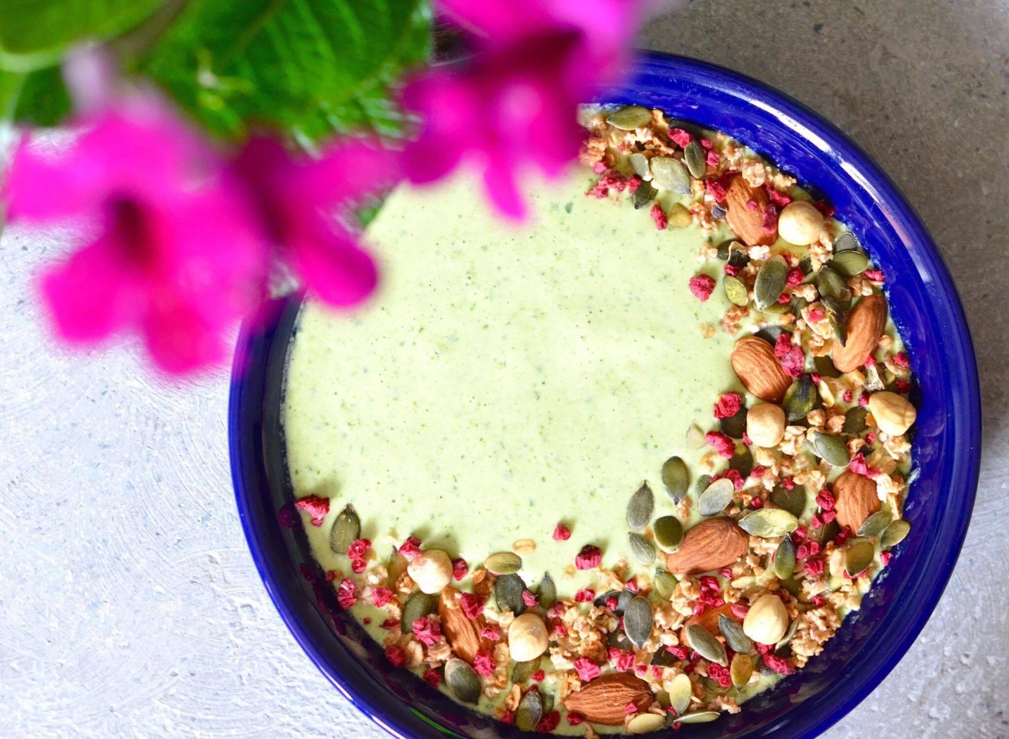 smoothiebowl-med-spinat-og-knas