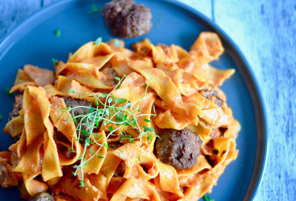 pappardelle pasta og kødboller i cremet tomatsovs