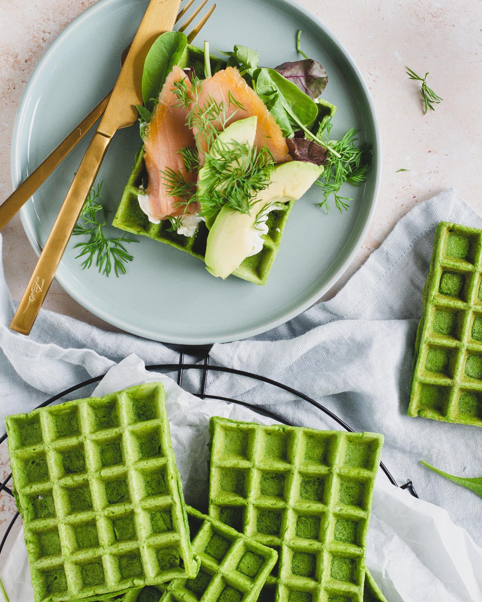 Grønne spinatvafler med philadelphia, salat, laks, avocado og dild.