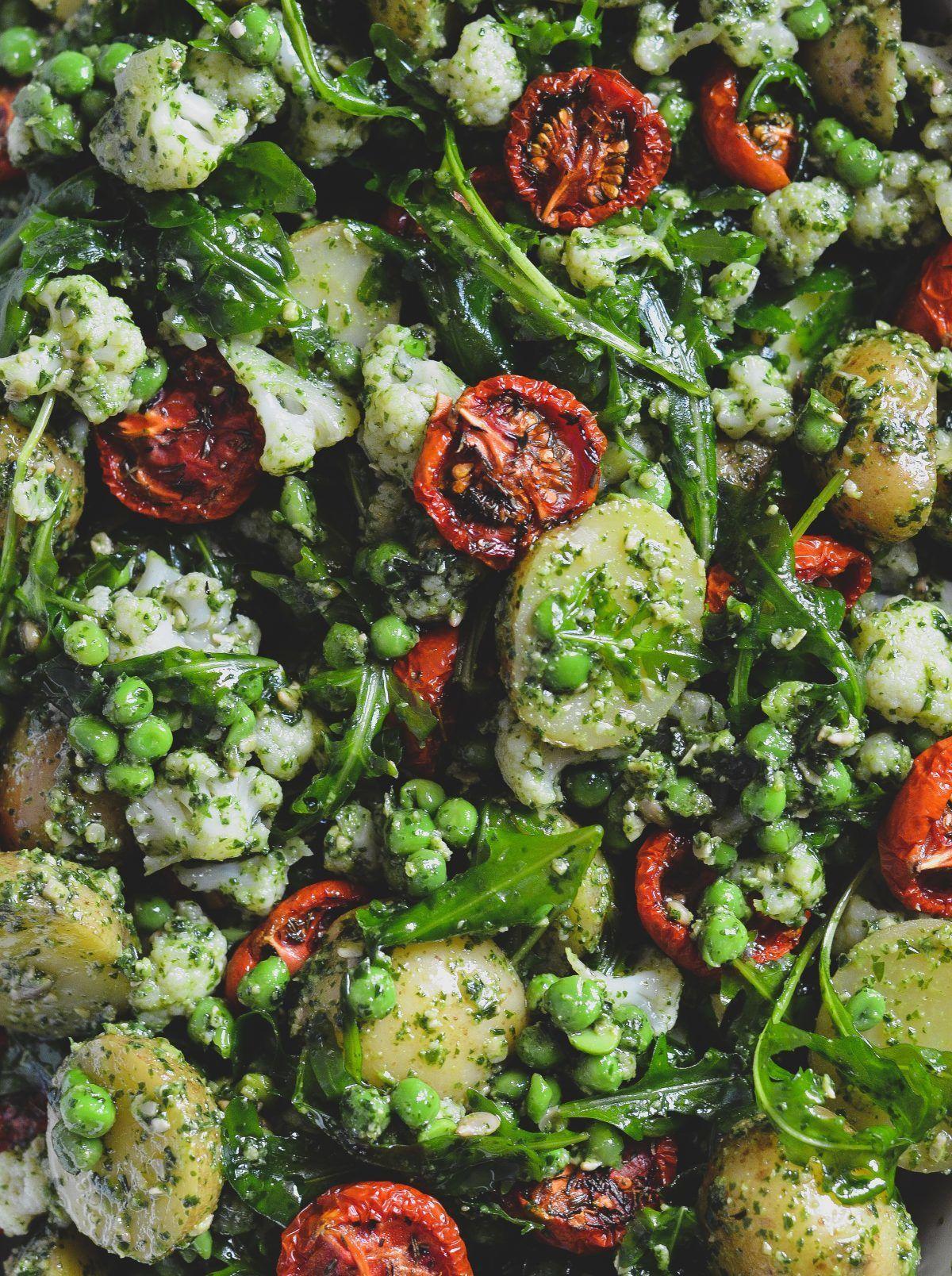 Fyldig kartoffelsalat med langtidsbagte tomater og pesto