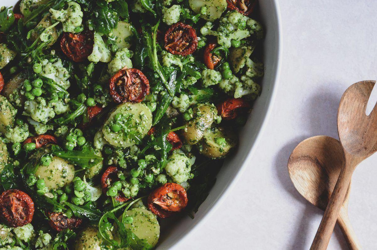 fyldig-kartoffelsalat-med-langtidsbagte-tomater-og-pesto