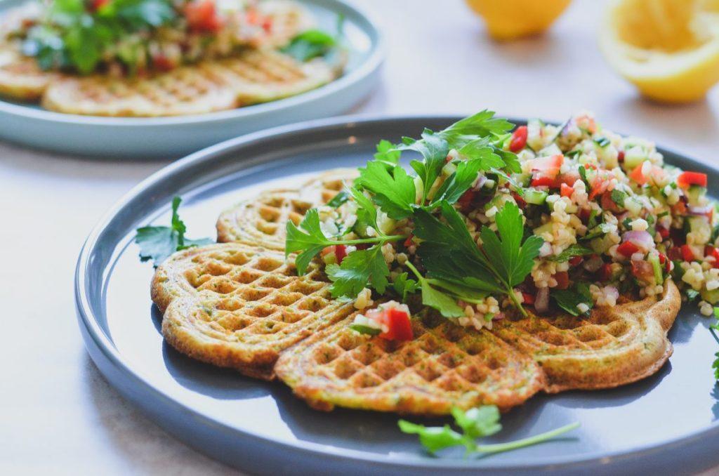Vegansk falafelvaffel med tabouleh salat