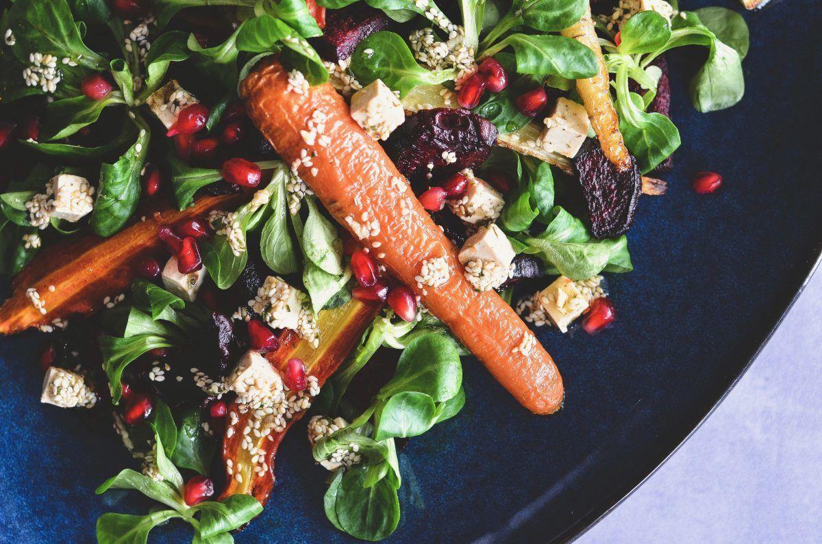Bagt rodfrugtsalat med granatæble og salatost