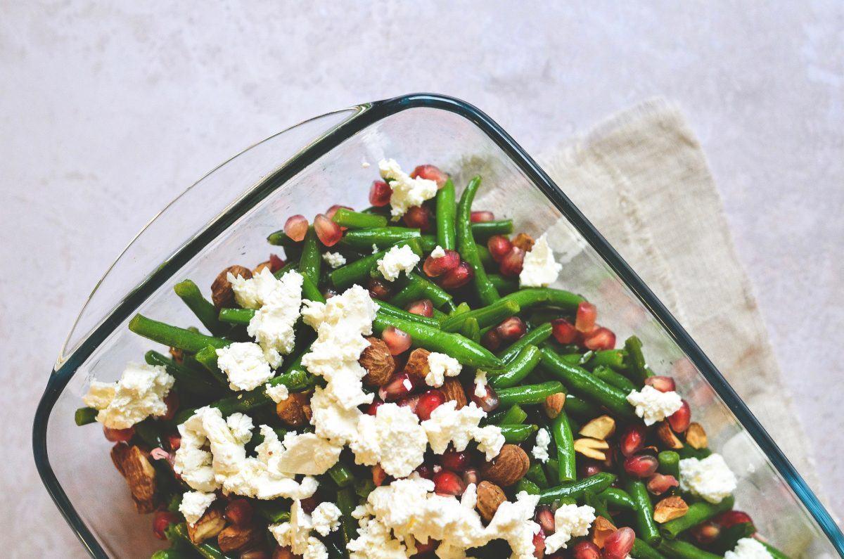 Bønnesalat med granatæble og paprika saltmandler