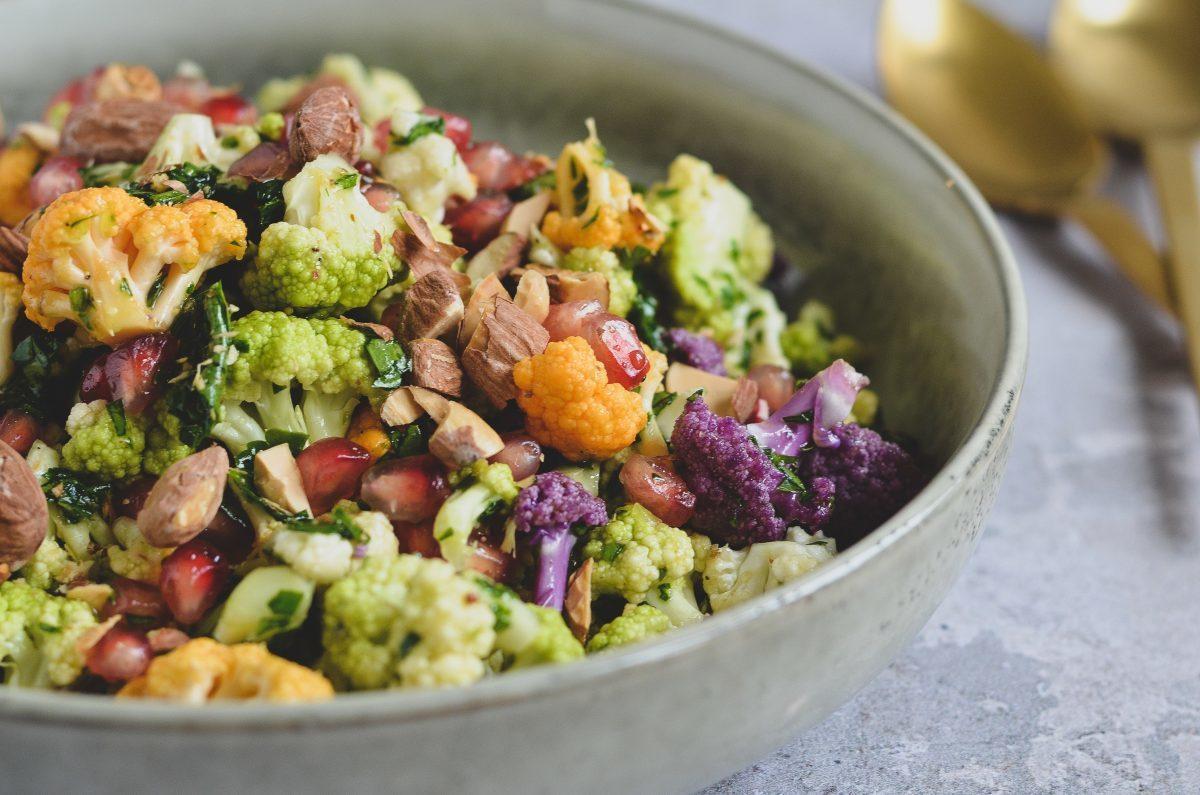 farverig-blomkaalssalat-med-persille-og-granataeble