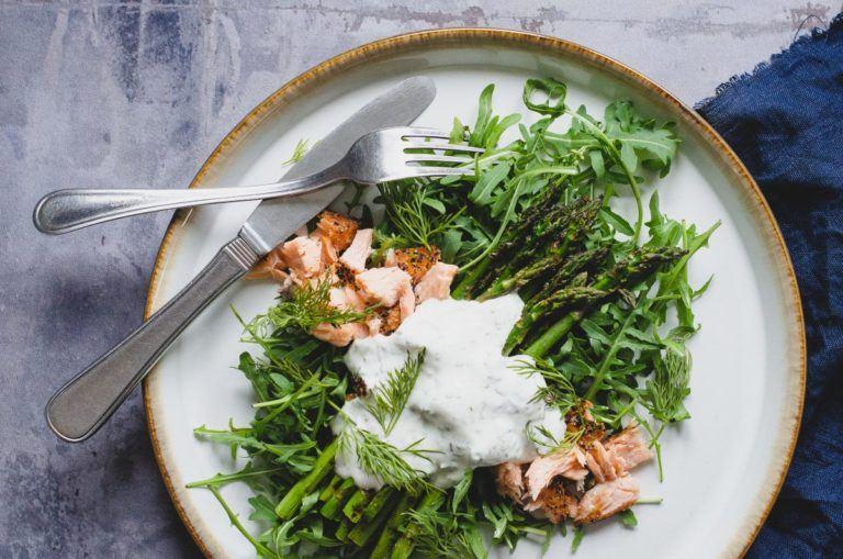 Grillede asparges med laks og ruccola