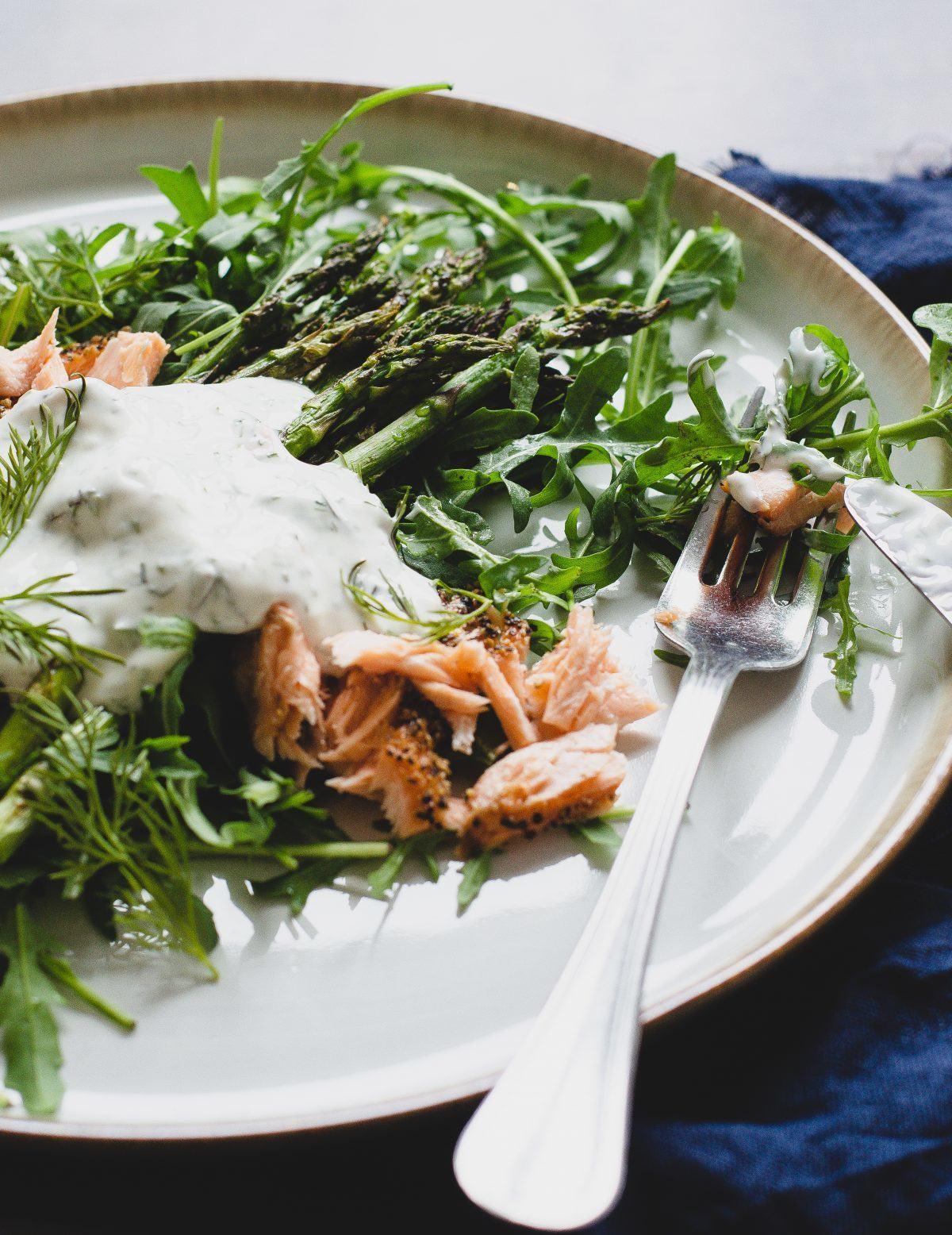 Grillede asparges med laks og rucola