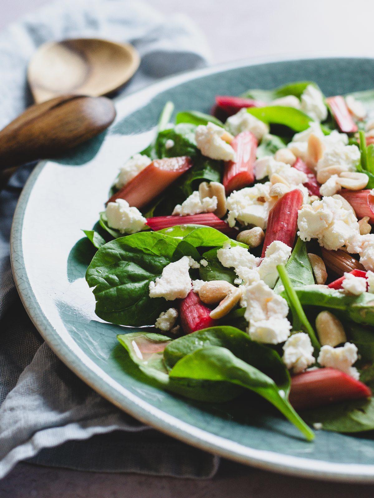 Lun salat med rabarber, spinat og feta