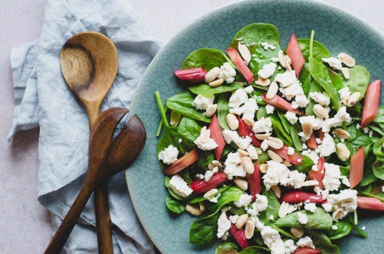 Lun-salat-med-rabarber-spinat-og-feta