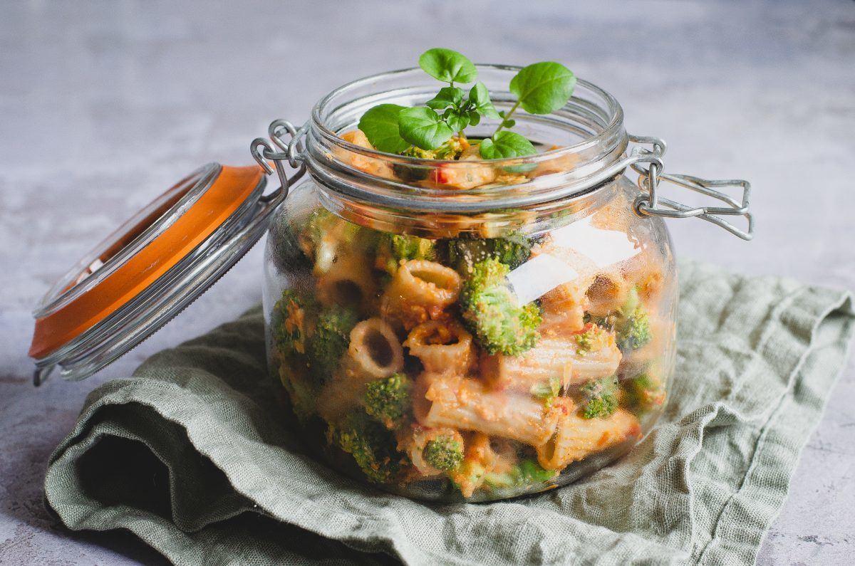 Vegetarisk pastasalat med rød peberfrugt