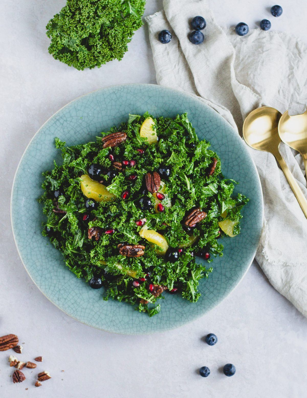 groenkaalssalat-med-appelsin-blaabaer-og-granataeble