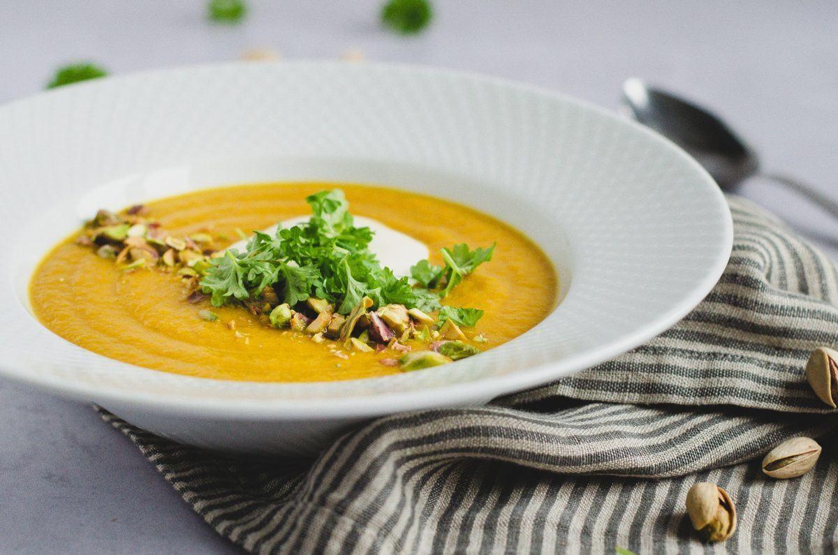 gulerodssuppe-med-roede-linser-og-pistacienoedder