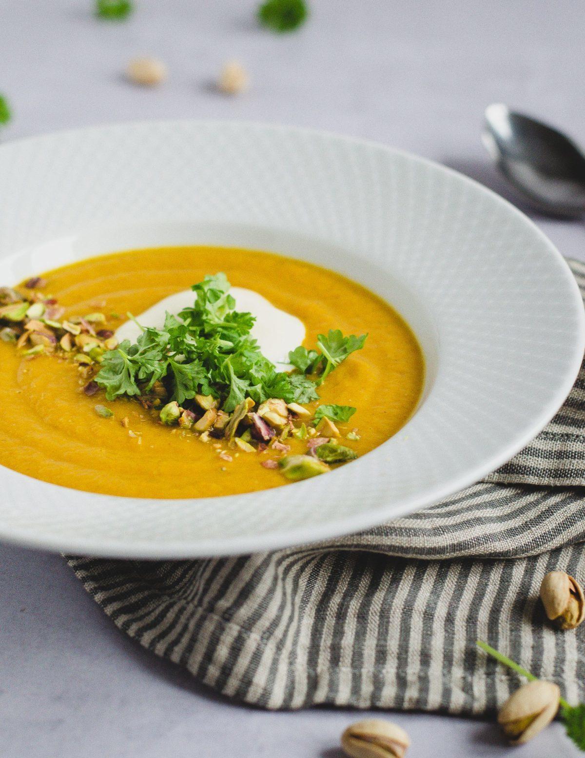 Gulerodssuppe med røde linser og pistacienødder 2