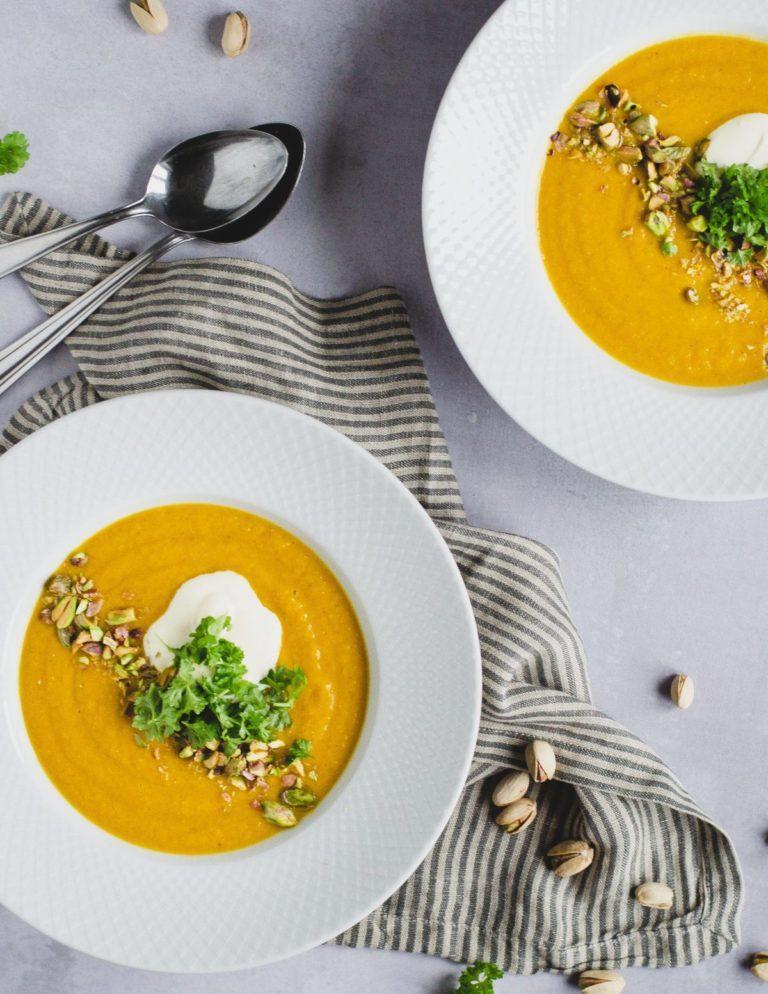 Gulerodssuppe med røde linser og pistachenødde