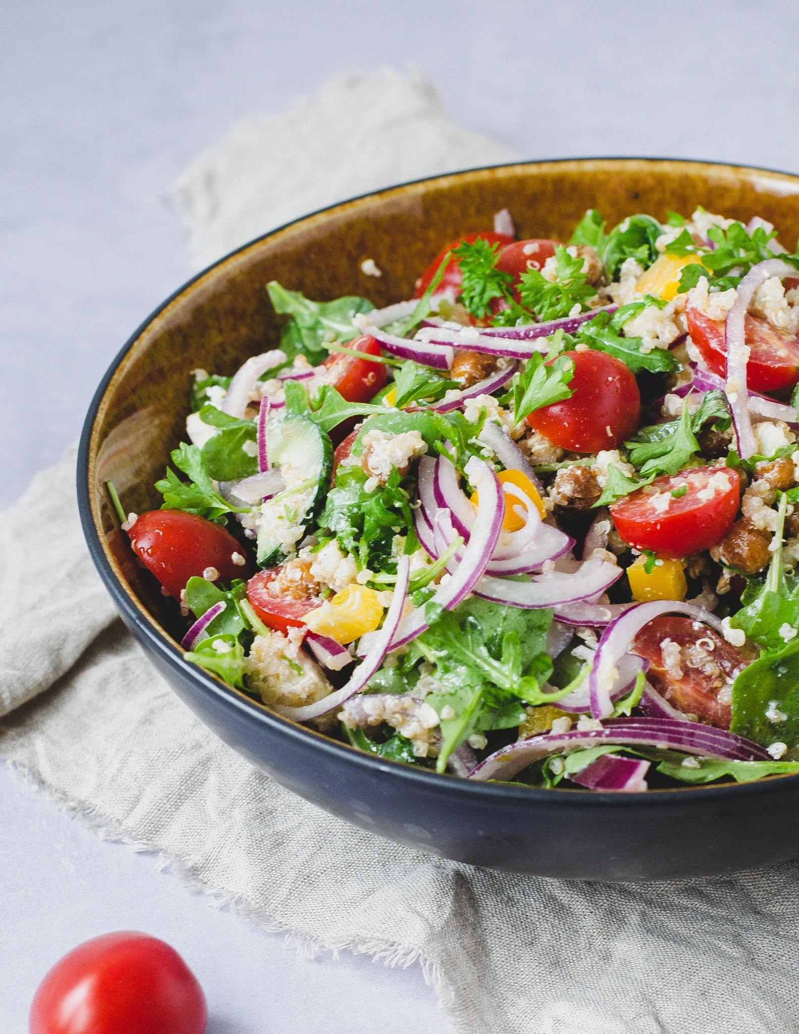Quinoa salat med ristede kikærter og fetaost