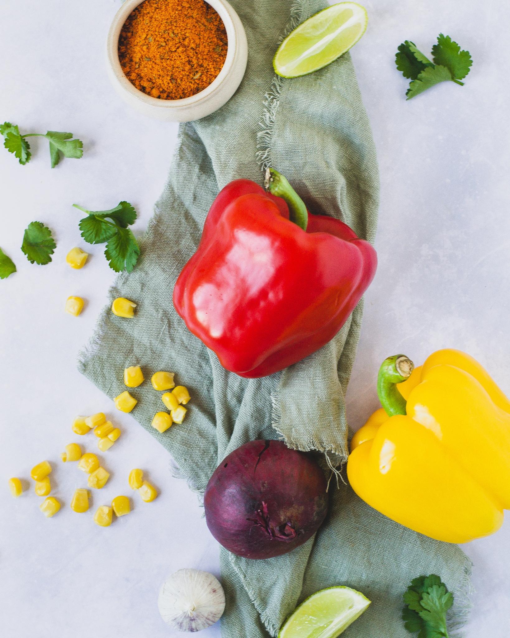 Råvarer til kylling fajita. Peberfrugt, lime, rødløg, majs, koriander og fajitakrydderi.