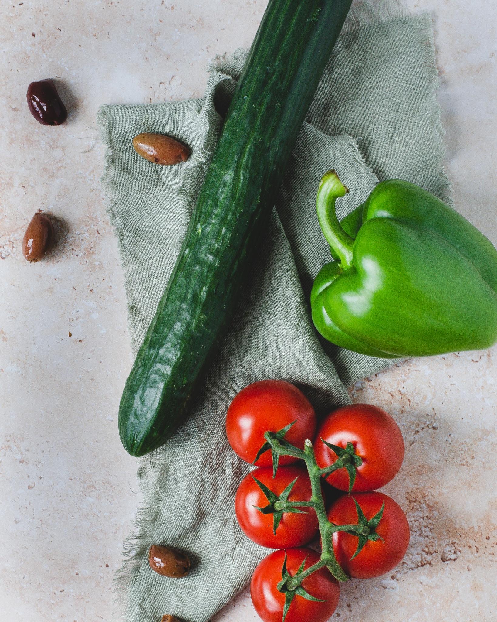 Grøntsager, agurk, grønt peberfrugt, tomat og oliven