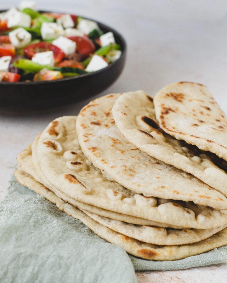 græsk fladbrød med græsk salat