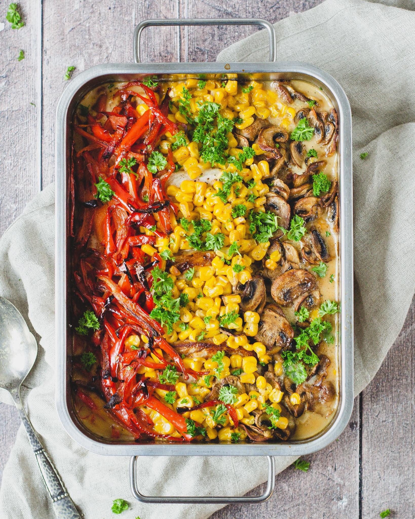 Koteletter i fad med grøntsager - rød peberfrugt, majs, champignoner