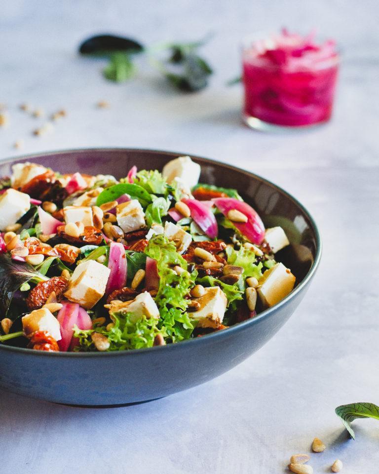 Salat med syltede rødløg og bagte tomater
