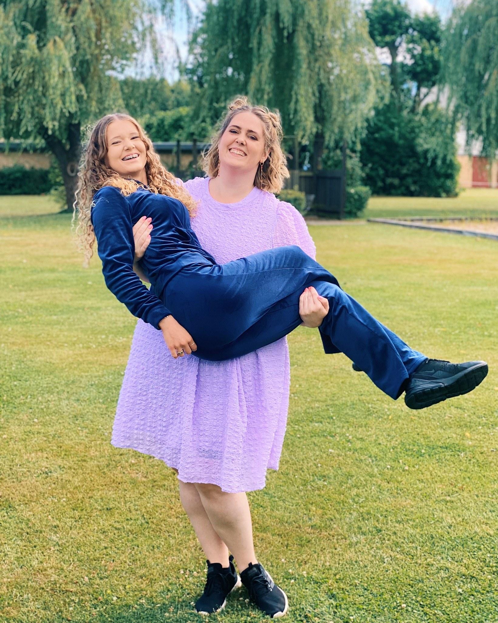 Jeg har jeg tabt 52,1 kg hvilket er lidt mere end min 15 årige kusine vejer. På billedet løfter jeg min kusine.