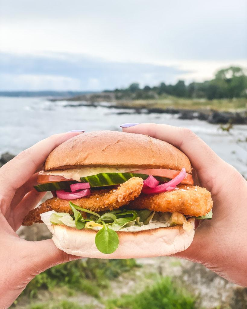 Fiskeburger med friske fiskefiletter og tartarsauce