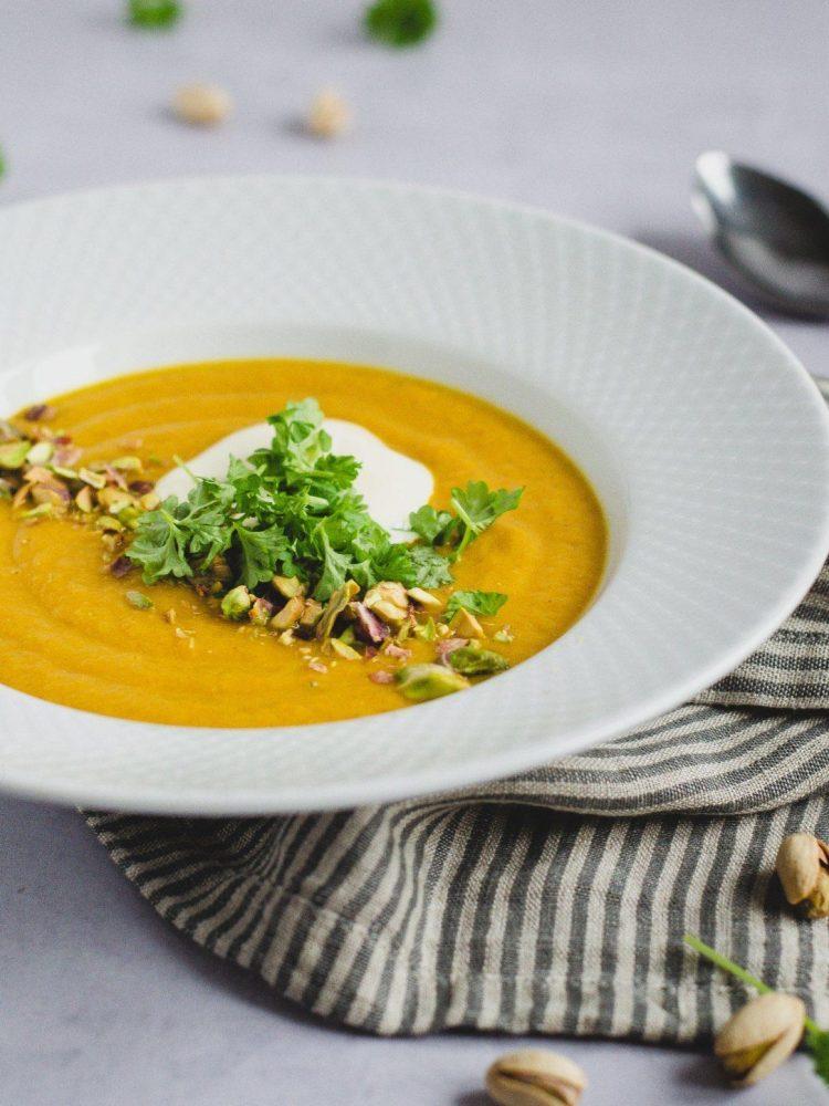 Gulerodssuppe-med-roede-linser-og-pistachenoedder_mariasilje2
